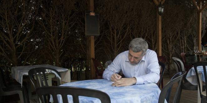 Henri Guaino s'est rendu dans la 3e circonscription des Yvelines où il se présente aux élections législatives, jeudi 24 mai.