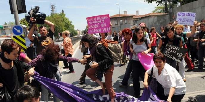 Le 27 mai, des féministes turques bloquent les rues principales du quartier de Besiktas d'Istanbul, en réaction aux propos du premier ministre Recep Tayyip Erdogan sur l'avortement.