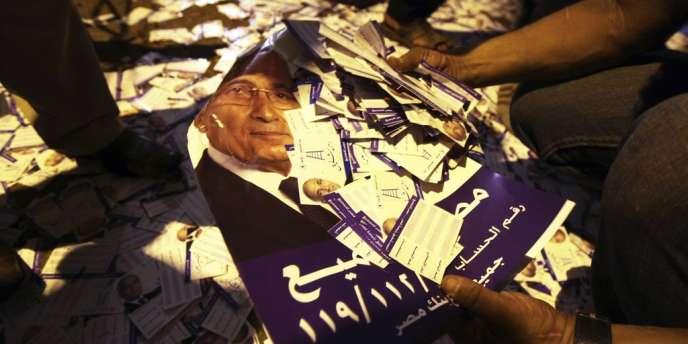 Un garage attenant au bâtiment, où étaient entreposés des affiches et des prospectus du candidat, a été incendié, d'après des membres de l'équipe de campagne de M. Chafik et des témoins.