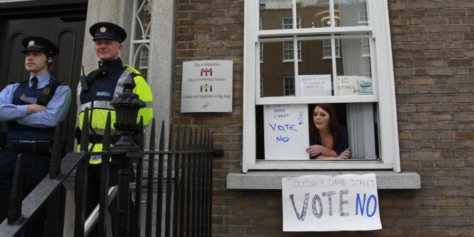 Gerry Adams, leader du Sinn Fein, parti nationaliste de gauche, a estimé que le pacte signifierait encore plus d'austérité.