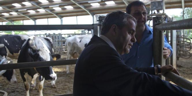 Jeudi 31 mai, l'ancien ministre du travail rencontre un éleveur à Hargicourt (Aisne)