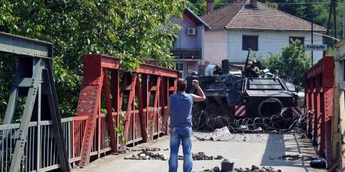 En début d'après-midi, la barricade était presque entièrement démantelée, dans le village de Rudare (nord du Kosovo) le 1er juin.