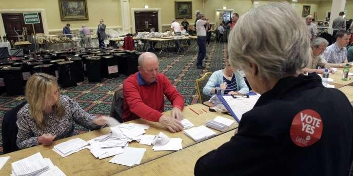 Opération de dépouillement des bulletins de vote dans un bureau électoral de Dublin, le 1er juin.
