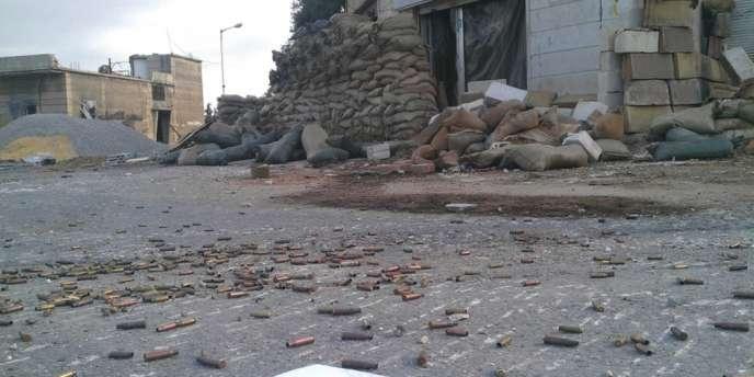 Des douilles jonchant les rues de Hola, le 1er juin 2012.
