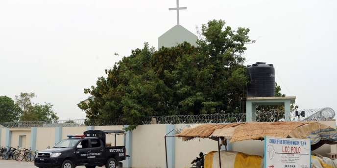 Des policiers protègent une église à Maiduguri, au nord-est du Nigeria.