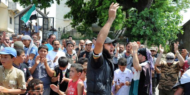 Une manifestation encadrée par des rebelles syriens à Chilif, non loin de la ville de Slenfé, un vendredi de mai.