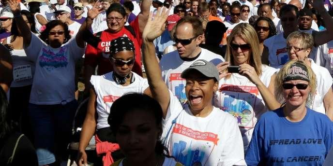 Des manifestants participent à la marche de la Journée nationale des survivants du cancer, le 3 juin 2012 à Chicago.