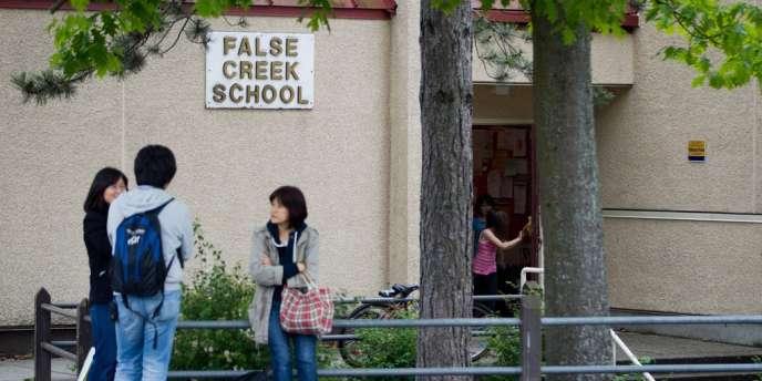 Des étudiants devant l'une des écoles ayant reçu un colis macabre.