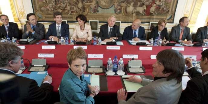 Laurence Parisot aux côtés de Bernard Thibault, lors d'une réunion à Matignon où Jean-Marc Ayrault recevait les partenaires sociaux , le 5 juin.