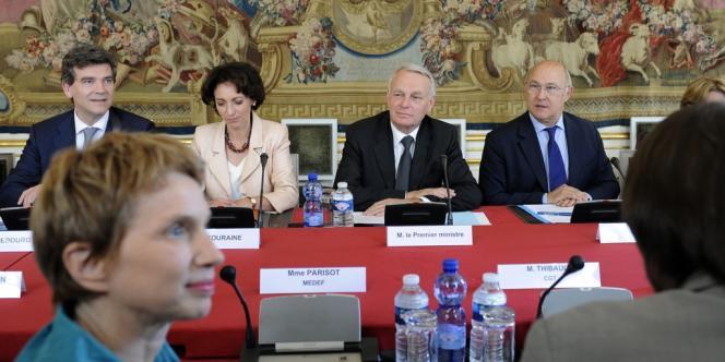 Les ministres Arnaud Montebourg, Marisol Touraine, Jean-Marc Ayrault, Michel Sapin et la présidente du Medef, Laurence Parisot (au premier plan), mardi 5 juin, à Matignon.