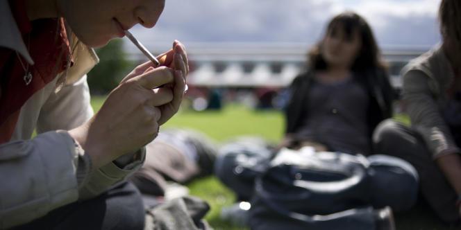 La consommation de cannabis, tabac et alcool augmente fortement chez les jeunes.