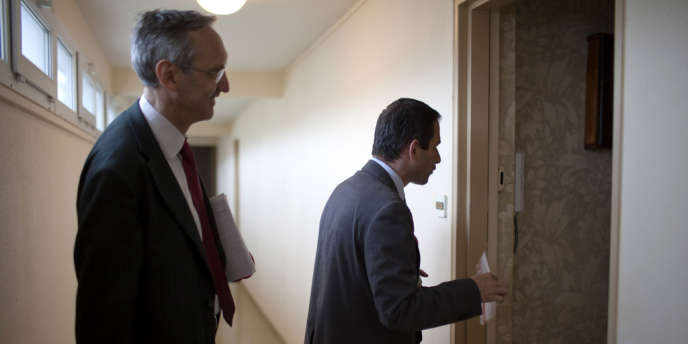 Opération porte-à-porte dans une cité de Trappes, mardi 5 juin 2012, pour le ministre de l'économie sociale et solidaire, candidat aux législatives dans les Yvelines.
