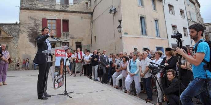 Le ministre de l'intérieur Manuel Valls en meeting, à Saint-Gilles (Gard) le 6 juin 2012, pour soutenir Katy Guyot, la candidate socialiste aux législative dans cette circonscription.