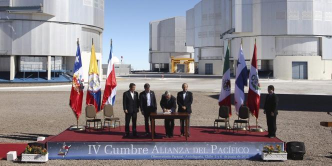 De gauche à droite : les présidents péruvien, colombien, chilien et mexicain, lors de la signature du traité donnant officiellement naissance à l'Alliance du Pacifique, à l'observatoire astronomique du Cerro Paranal (Chili), le 6 juin 2012.