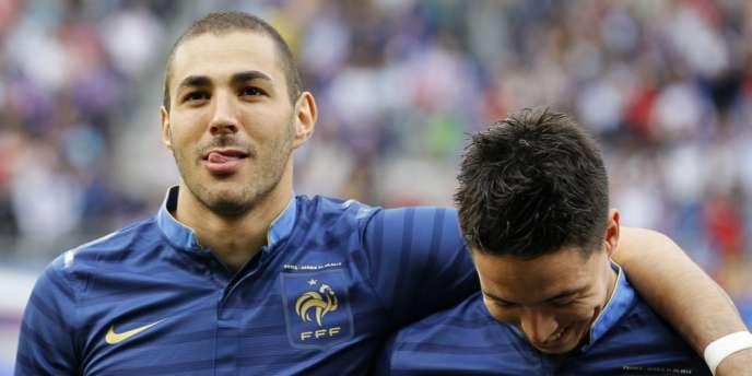 Karim Benzema et Samir Nasri pendant la Marseillaise lors de France-Serbie, le 31 mai.
