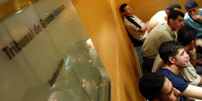 Des sans-papiers attendent le 3 juillet 2002 dans les couloirs du tribunal de première instance de Lyon.