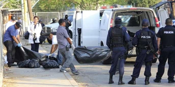 Des employés de la morgue transportent les restes démembrés de corps, à Culiacan, le 5 juin 2012.