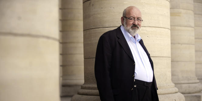 Maurice Dufresse alias Pierre Siramy devant le théâtre de l'Odéon à Paris.