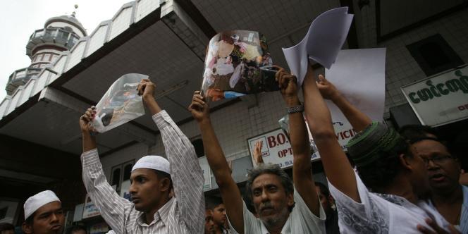 Des musulmans birmans protestent contre les violences dans l'ouest du pays, le 5 juin.
