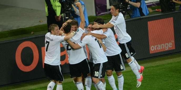 Mario Gomez félicité par ses coéquipiers après son but contre le Portugal.