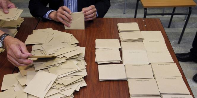 Décompte des bulletins dans un bureau de vote à Vertou (Loire-Atlantique), au soir du premier tour des législatives.