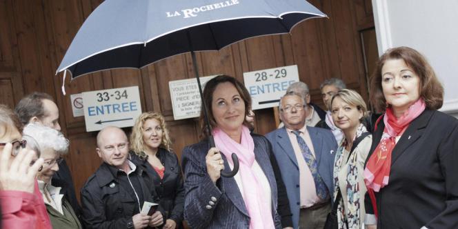 Ségolène Royal devant la salle de l'oratoire après avoir voté aux élections législatives, à La Rochelle.