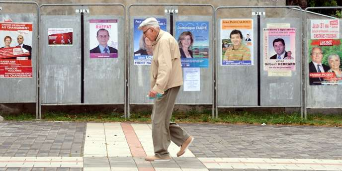 Devant les affiches électorales dimanche, à Castanet-Tolosan.