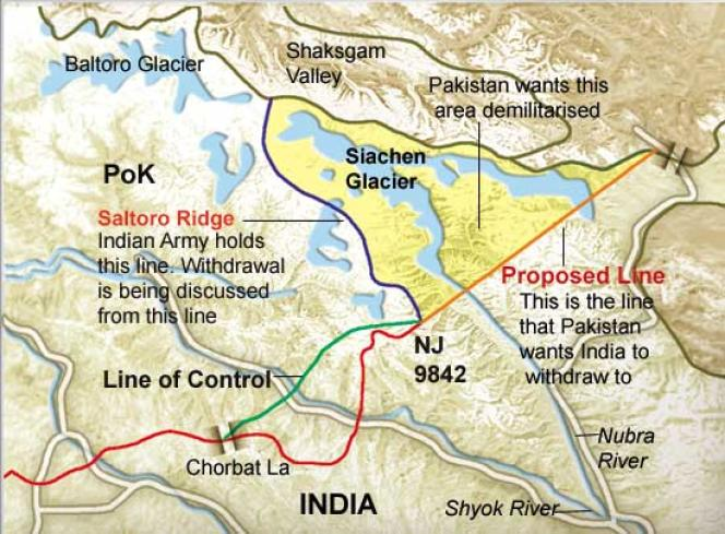 La ligne de contrôle de l'armée indienne suit la crête Saltoro sur les hauteurs du glacier Siachen. Les troupes pakistanaises sont massées en contrebas.