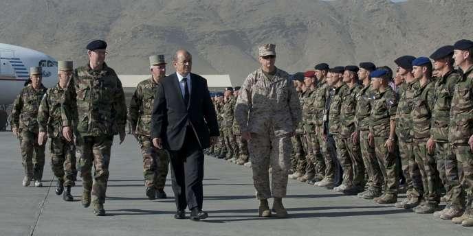 Le ministre de la défense, Jean-Yves Le Drian, à Kaboul dimanche 10 juin.