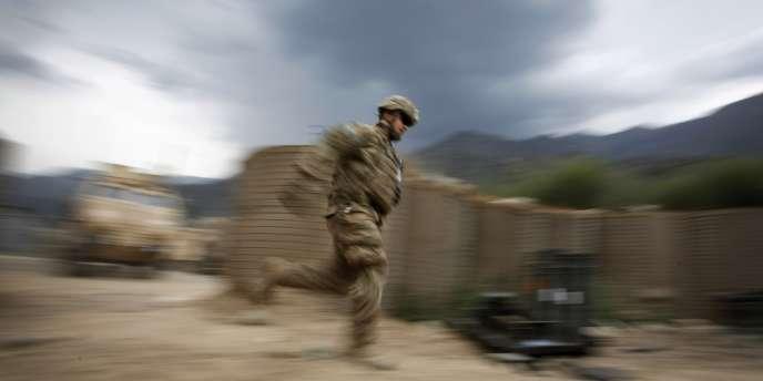 Un militaire américain se met à l'abri sur la base de Pirtle-King, dans la province de Kunar, le 7 juin 2012.