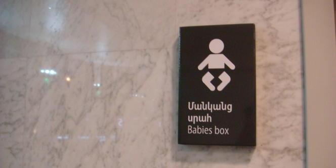 Panneau signalant une boîte à bébé, en Arménie.