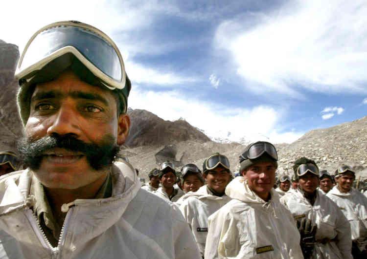 Depuis 28 ans, plusieurs milliers de soldats indiens et pakistanais se disputent le contrôle du Siachen sur les sommets himalayens. (Ici, des soldats indiens rentrent à leur camp de base après un entraînement sur le glacier).