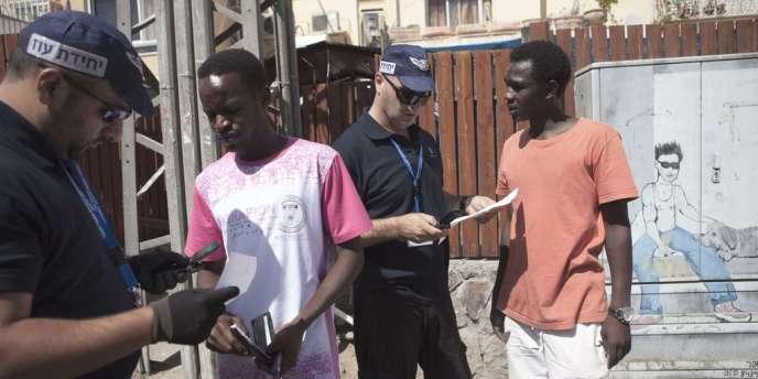 A Eilat, où sont installés quelque 15 000 immigrés, des agents de l'immigration ont procédé mardi 12 juin à des contrôles d'identité dans la rue.