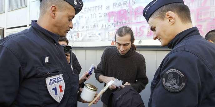 En 2010, un membre du collectif des Déboulonneurs est contrôlé par des policiers après avoir tagué un panneau publicitaire.