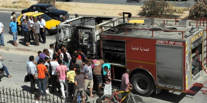 Un camion de la protection civile a aussi été brûlé au milieu de la rue.