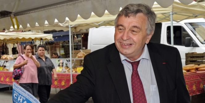 Roland Chassain lors de sa campagne du premier tour, le 6 juin, à Saint-Martin-de-Crau.