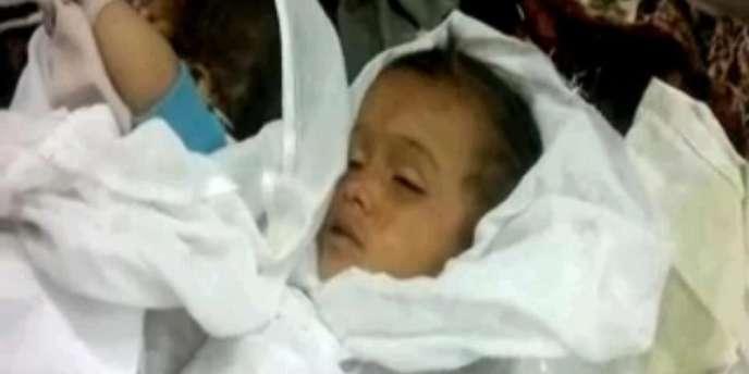 Le corps d'un enfant syrien, le 7 juin, après un massacre à Mazraat Al-Qubair, dans le centre de la Syrie.