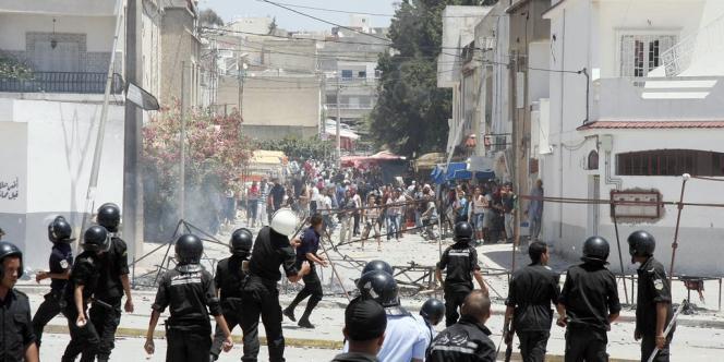 Affrontements à Intilaka, dans la banlieue de Tunis, mardi 12 juin, entre des manifestants et la police.