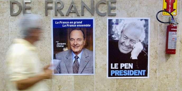 Affiches de la campagne présidentielle de 2002 collées sur le mur du consulat de France à Sao Paulo au Brésil.