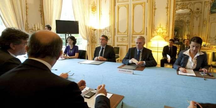 Jean-Marc Ayrault, entouré de Fleur Pellerin, Vincent Peillon (à gauche) et Cécile Duflot (à droite) lors d'une réunion à Matignon le 10 juin.