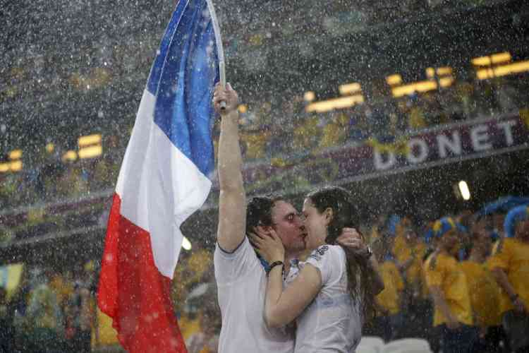 Fans of France kiss before their Group D Euro 2012 soccer match against Ukraine at Donbass Arena in Donetsk June 15, 2012.          REUTERS/Michael Buholzer (UKRAINE  - Tags: SPORT SOCCER)
