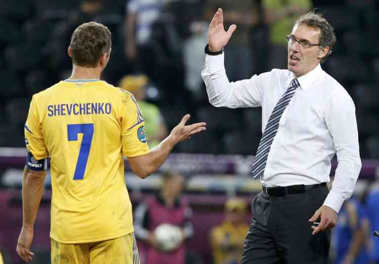 France's coach Laurent Blanc (R) greets Ukraine's Andriy Shevchenko (L) at the end of their Group D Euro 2012 soccer match at the Donbass Arena in Donetsk, June 15, 2012.                      REUTERS/Alessandro Bianchi (UKRAINE  - Tags: SPORT SOCCER)