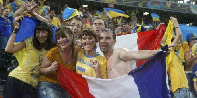 Supporters français et ukrainiens mélangés.