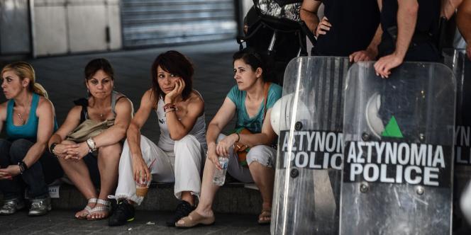 Manifestants grecs contre les mesures d'austérité, près du ministère des finances, dans le centre d'Athènes, le 14 juin.