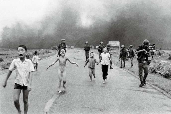 8 juin 1972, Trang Bang, Sud-Vietnam. Kim Phuc a 9 ans quand un avion  sud-vietnamien largue sur son village des bombes au napalm. Une photographie couronnée par le prix Pulitzer.