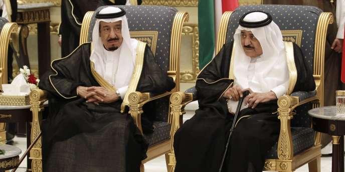 A gauche, le prince Salman, pressenti pour prendre le trône après la mort du prince Nayef, samedi 16 juin, à droite sur cette photo.