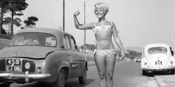 Miss Flash fait du stop en marge du festival de Cannes en mai 1964.