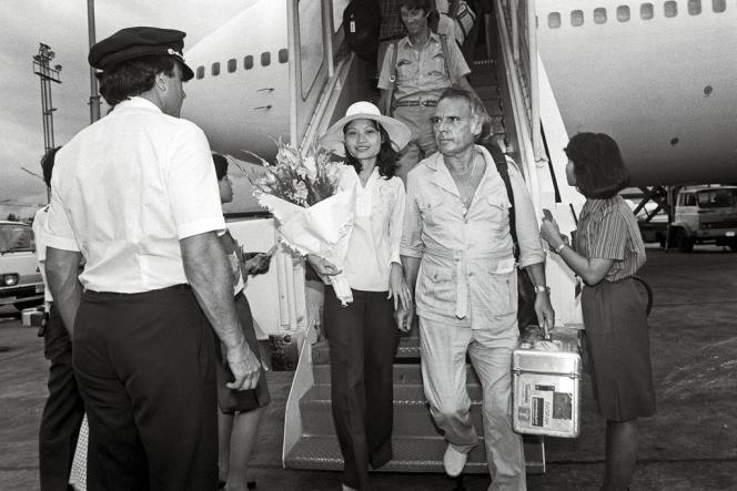 En juillet 1984, Kim Phuc, 21 ans, à l'aéroport de Bangkok, avec Perry Kretz, le reporter du magazine