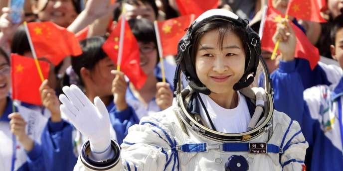 Liu Yang, première femme chinoise à être envoyée dans l'espace, a pris place à bord de la fusée Longue Marche 2F qui doit les placer plus tard en orbite.