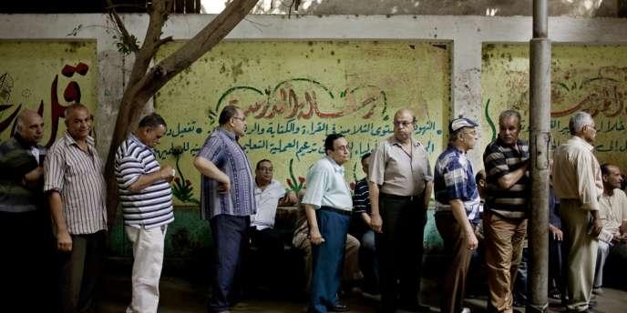 Des égyptiens patientent devant un bureau de vote pour participer au second tour de l'élection présidentielle, dimanche 17 juin.